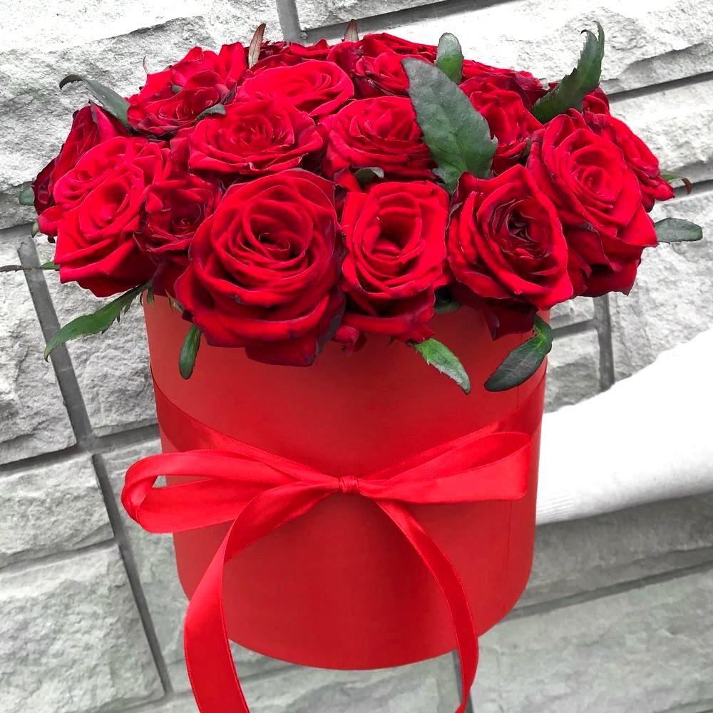 Красные розы в красной шляпной коробке