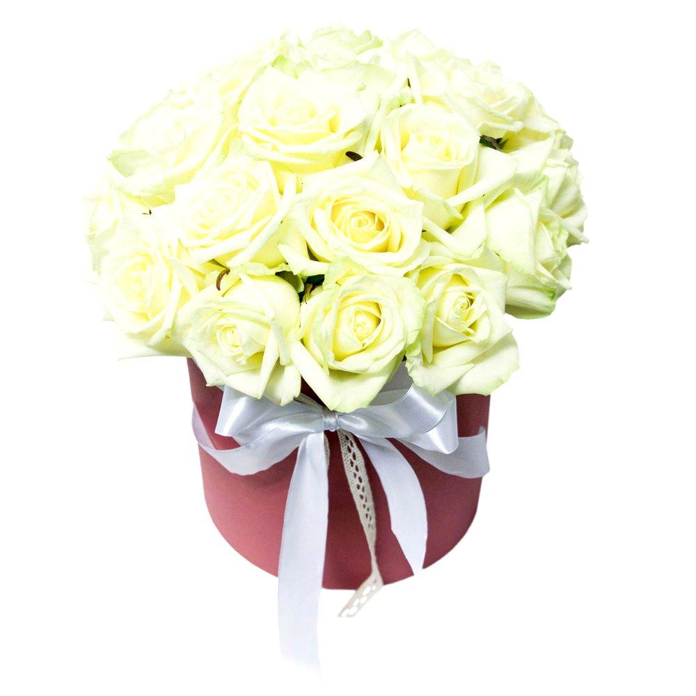 Белые розы в красной шляпной коробке