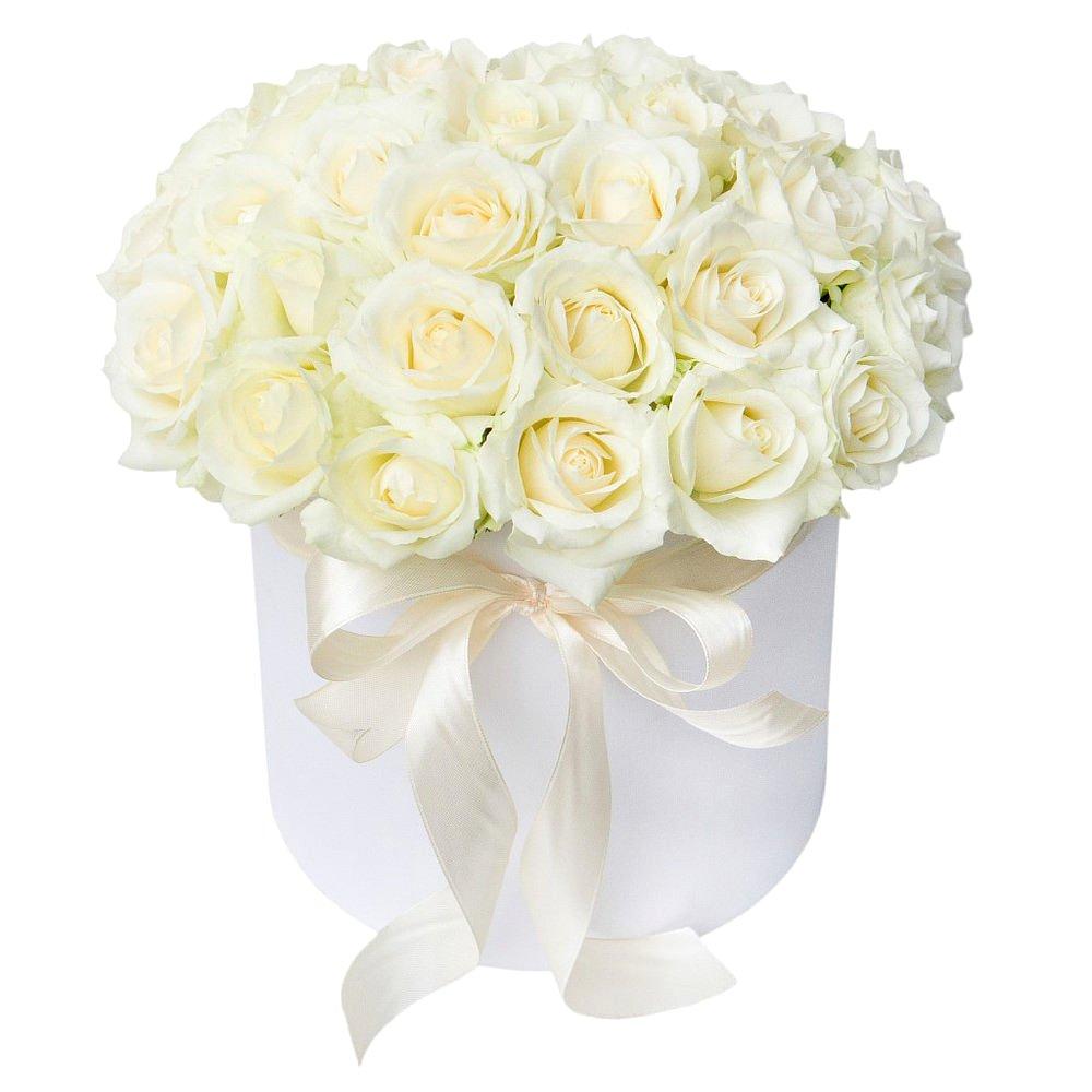 Белые розы в белой шляпной коробке