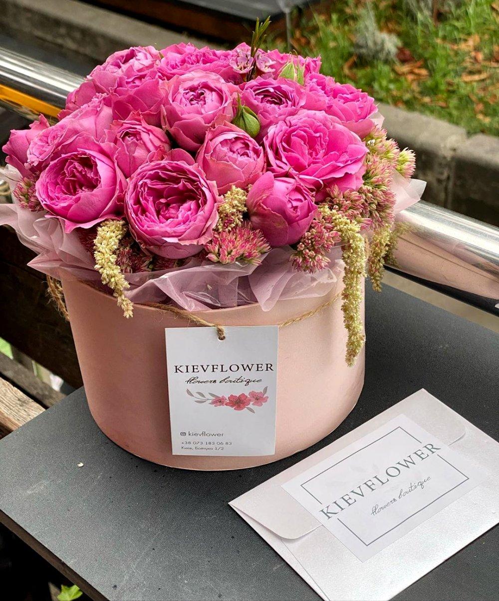 Розовая коробка цветов
