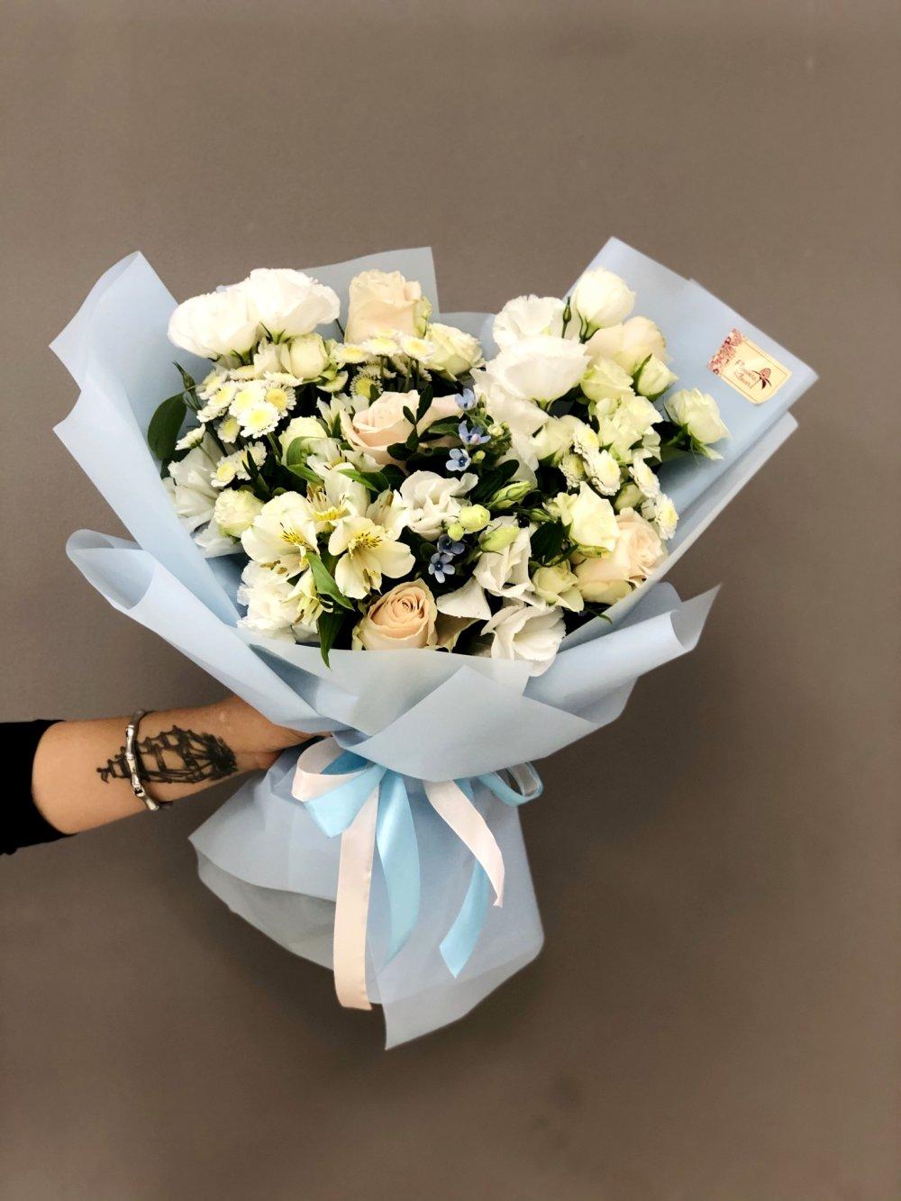 Букет с белой эустомой и розами Шарман