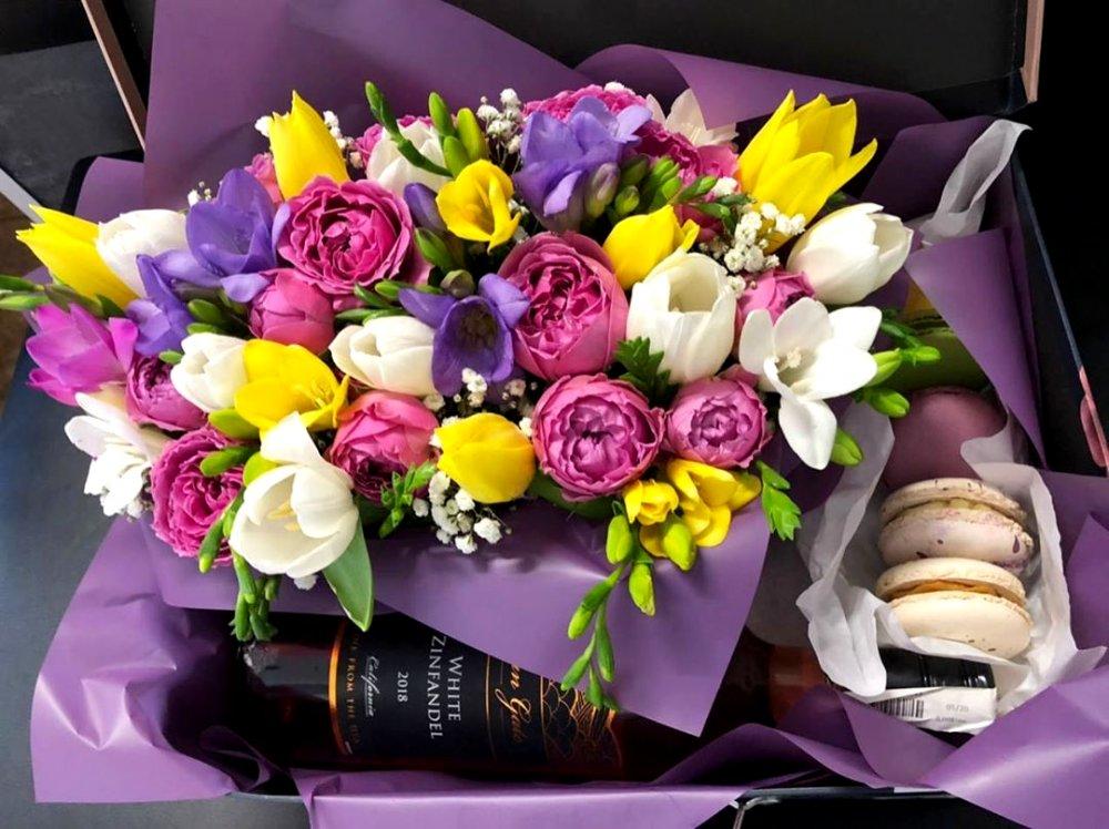 Набор цветы, вино и макаронс
