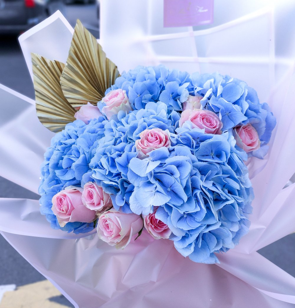 Букет с гортензией и розой