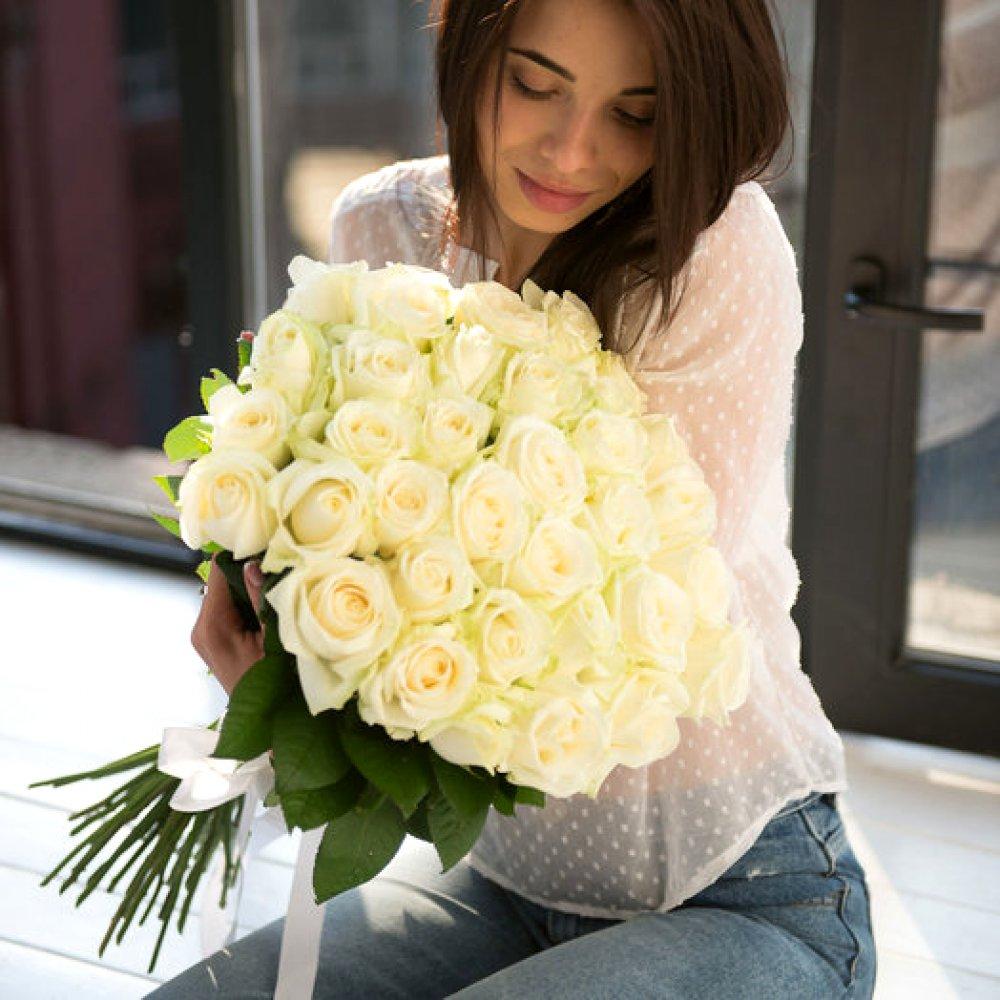 33 белые розы