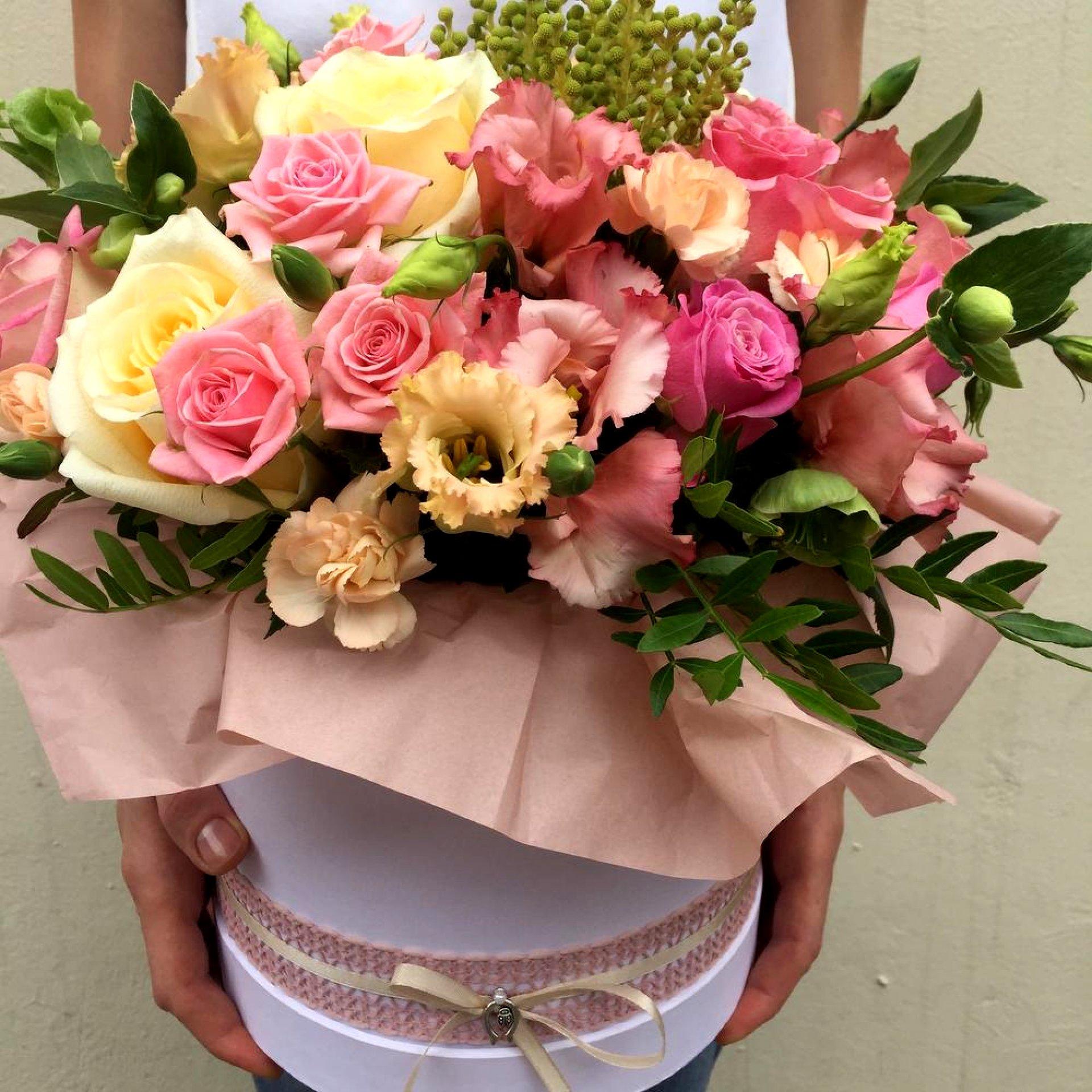 Цветочная композиция с эустомой и розами