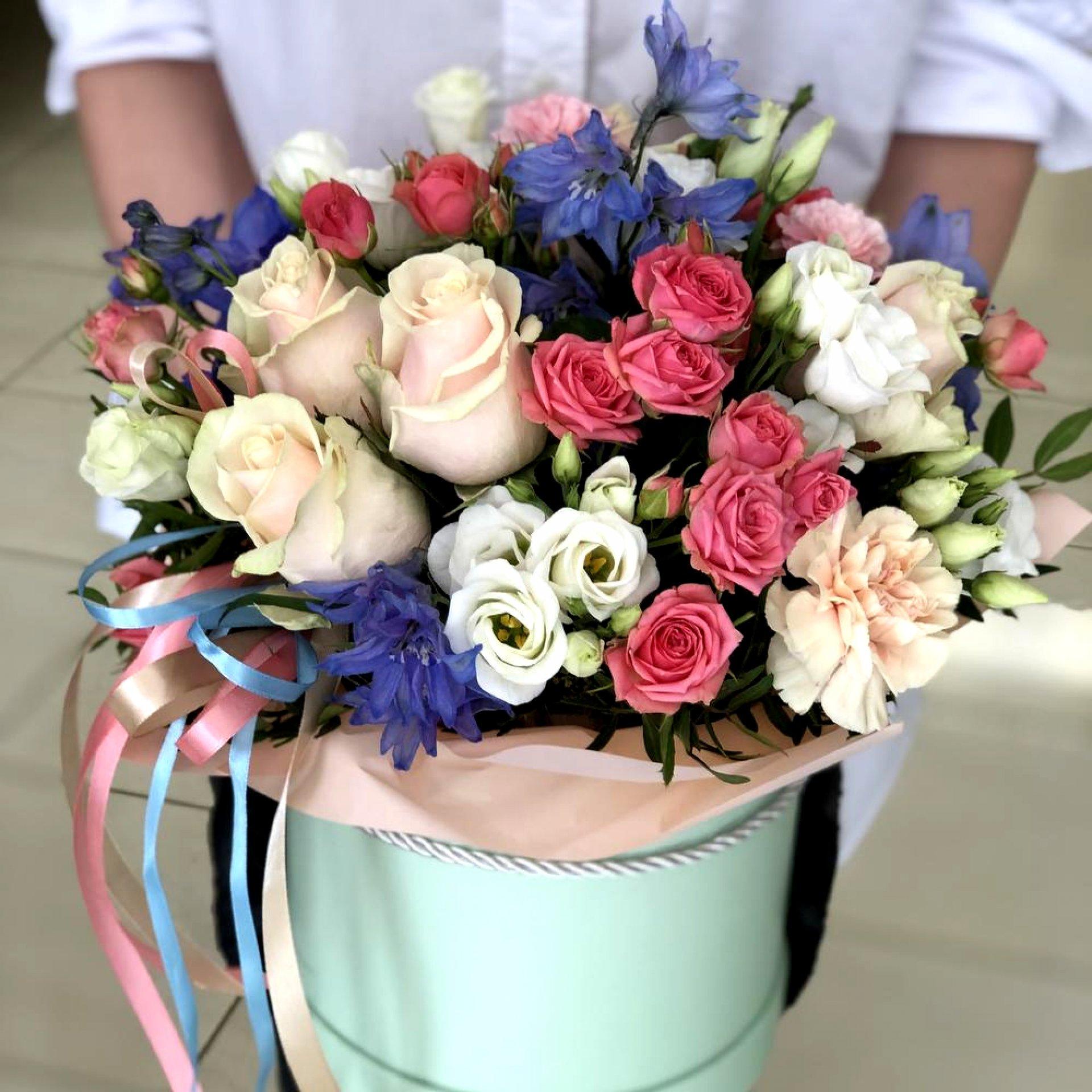 Цветочная композиция с кустовыми розами и дельфиниумом