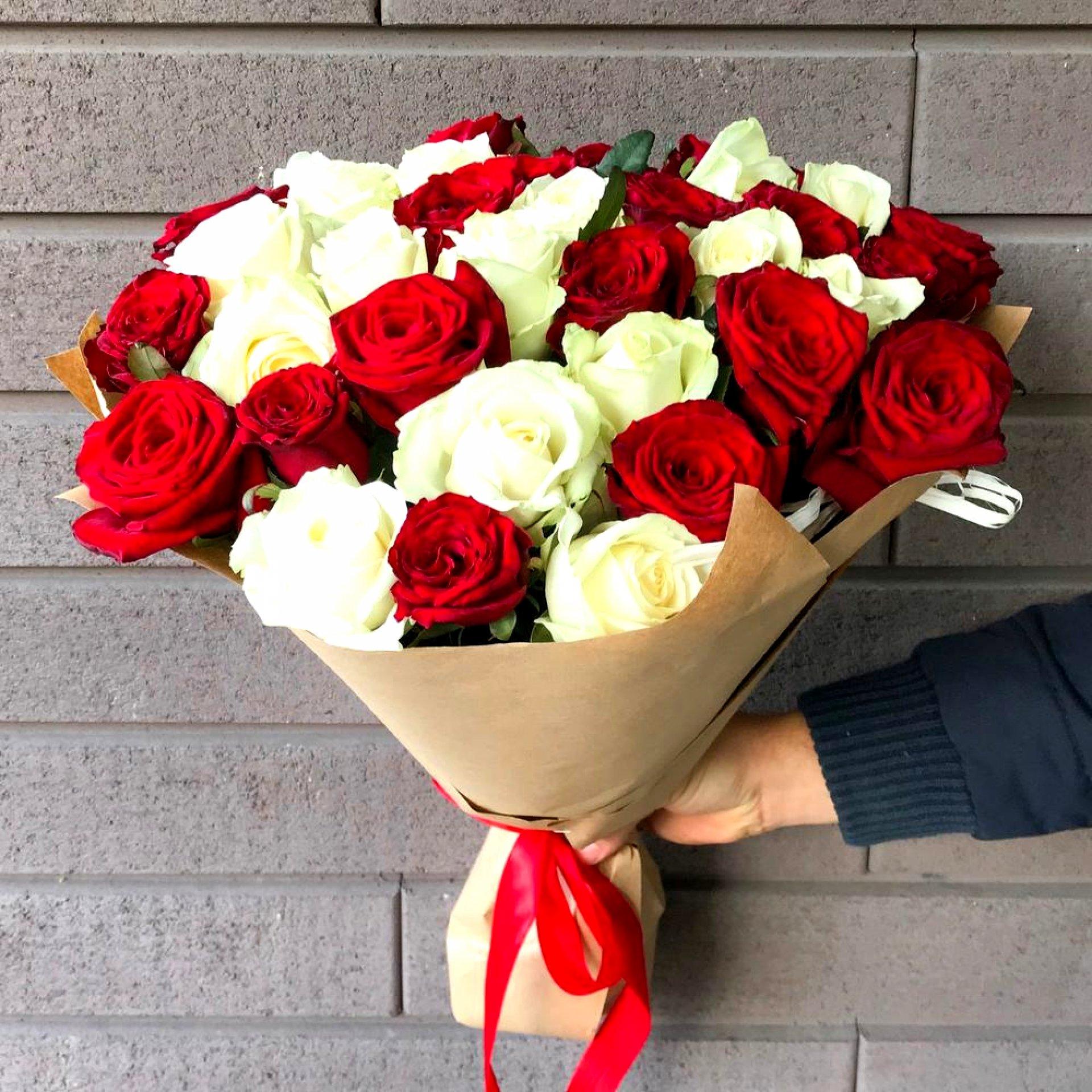 Букет красных и белых роз (35 шт)