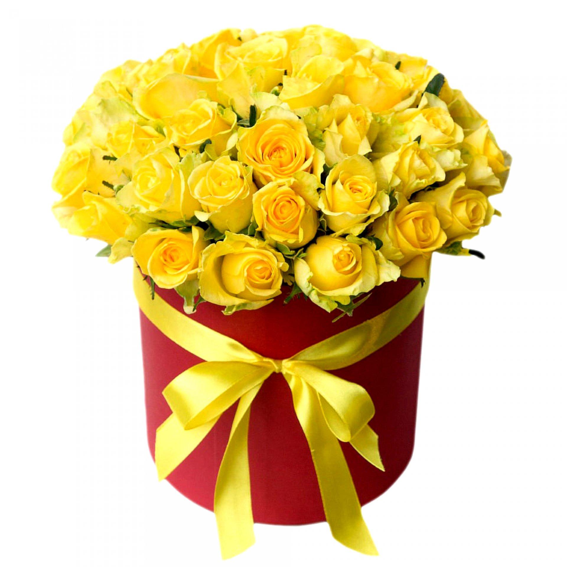 Желтые розы в красной шляпной коробке