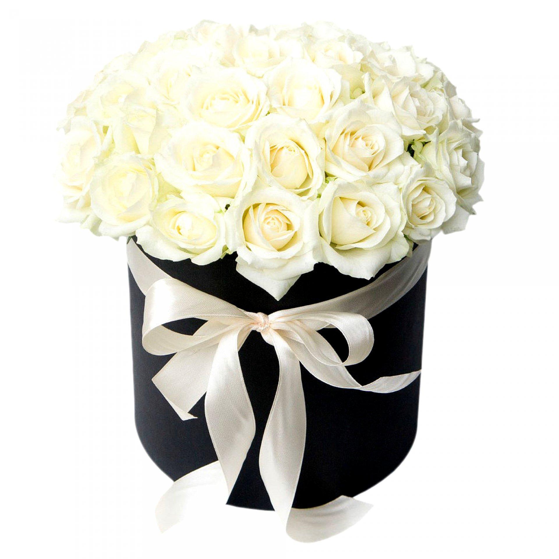 Белые розы в черной шляпной коробке