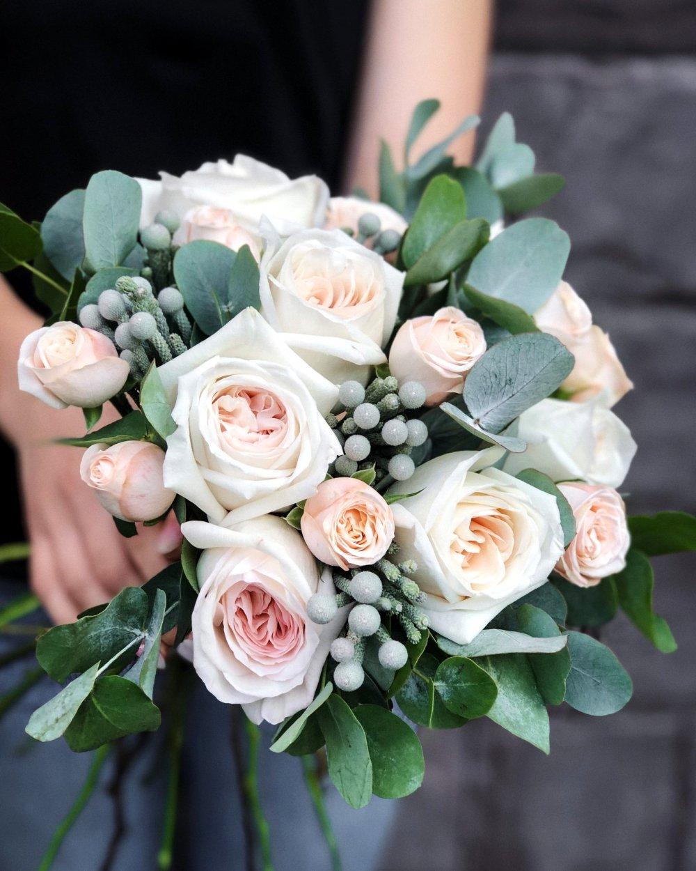 Свадебный букет с садовой розой и брунией
