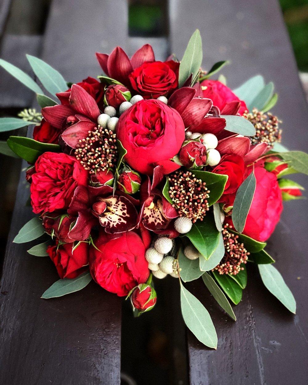 Свадебный букет в бордовых тонах с пионовидной розой и скимией
