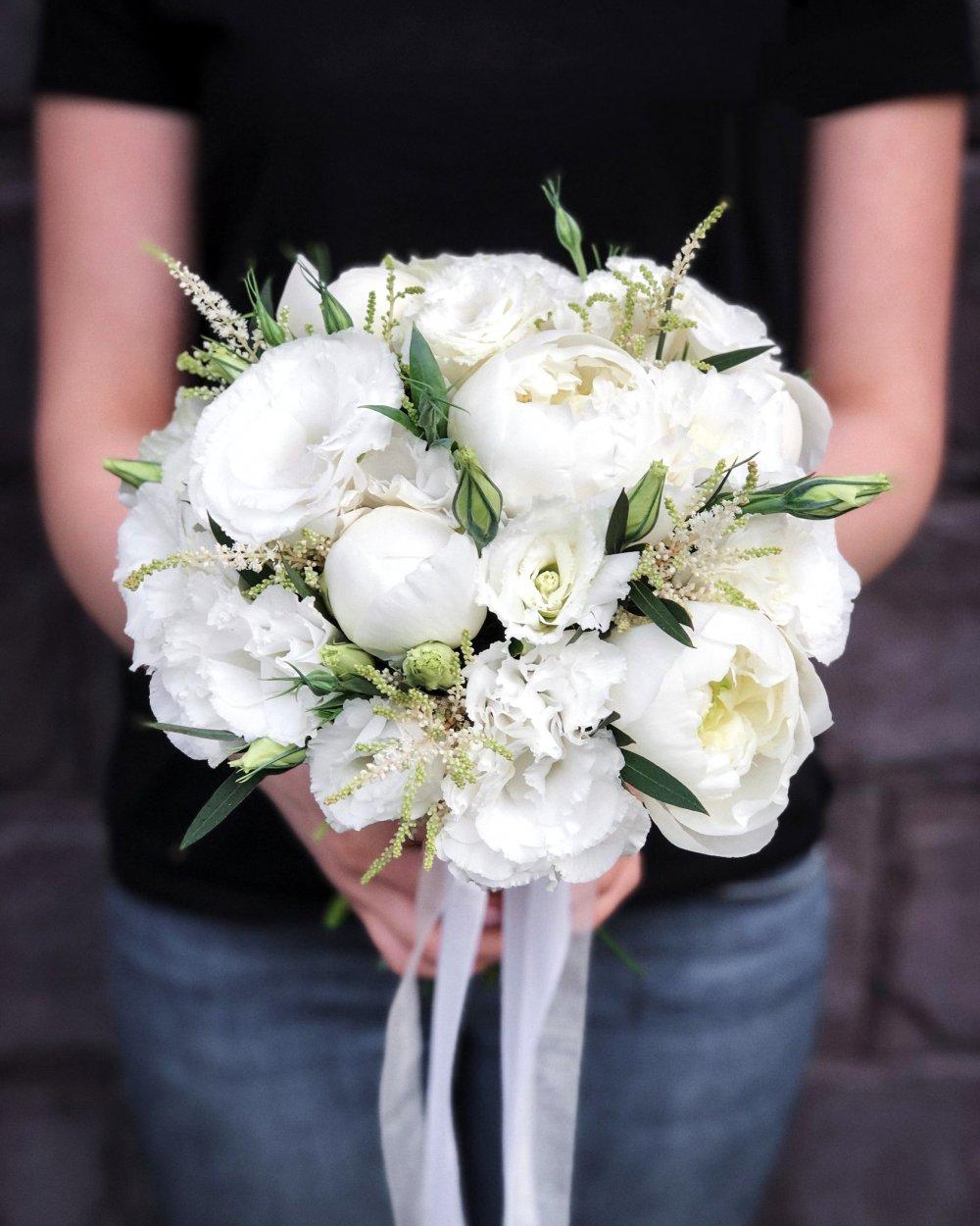 Свадебный букет с пионами и эустомой в белых тонах