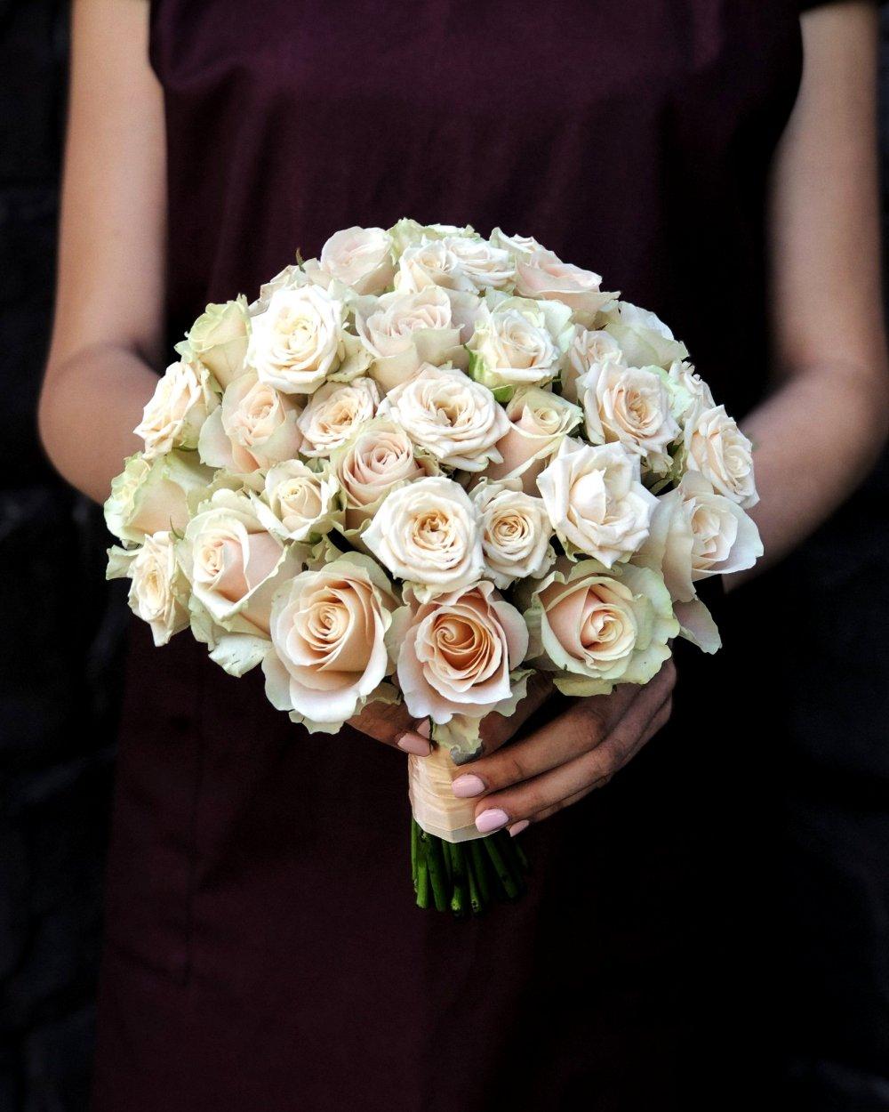 Свадебный букет в кремовых тонах с розами