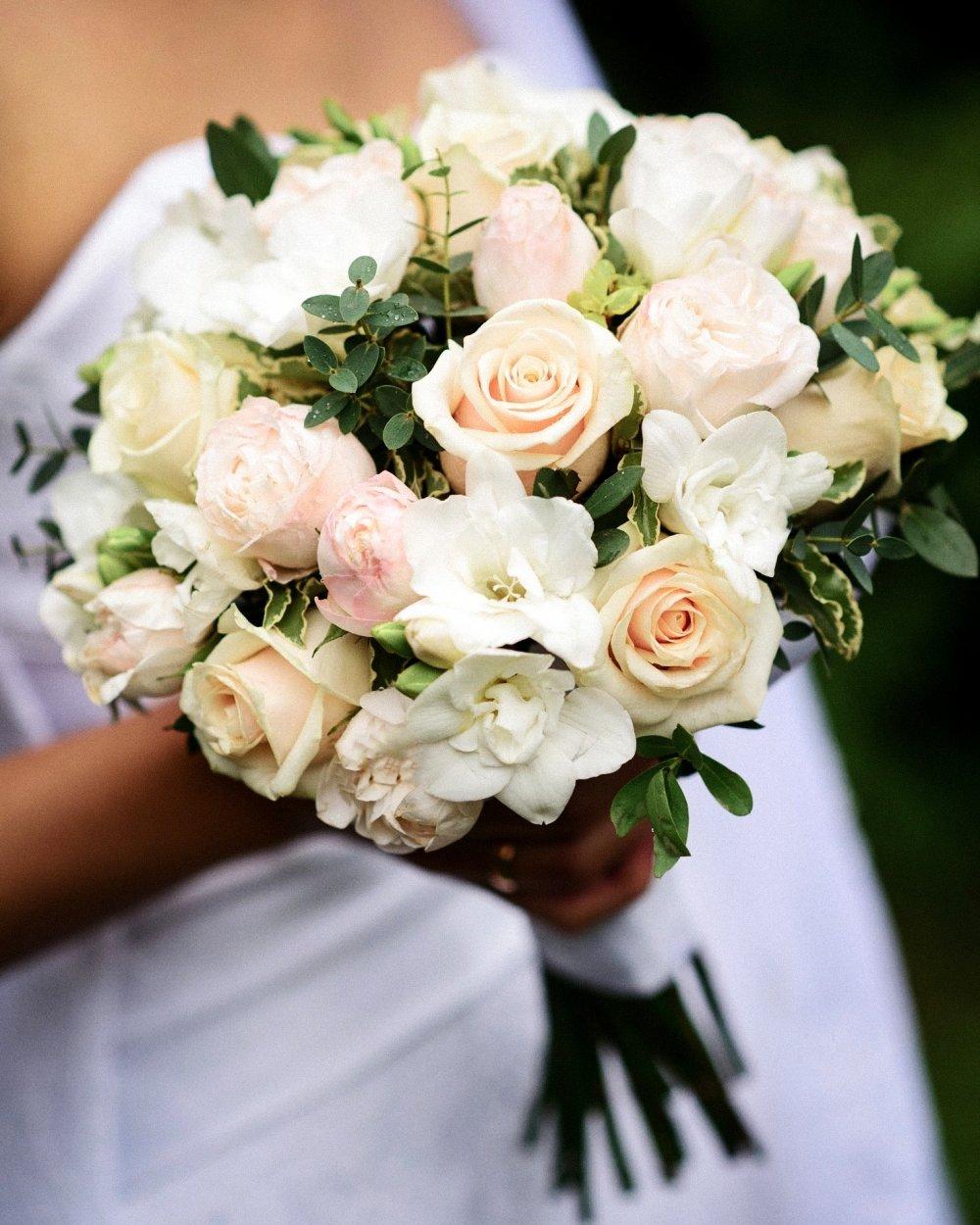 Свадебный букет с кремовыми розами и фрезией