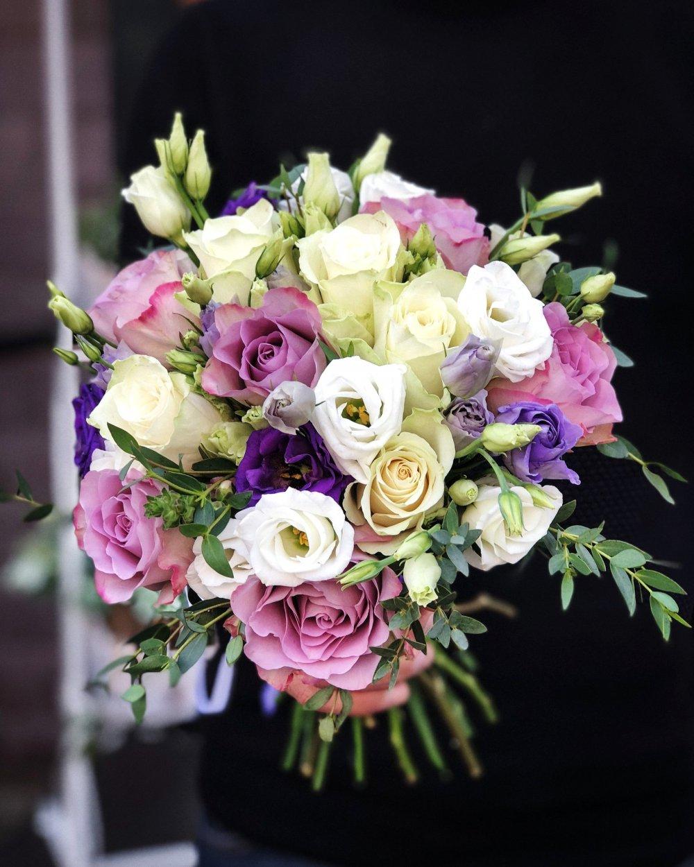 Свадебный букет в бело-лиловых тонах с розами и эустомой