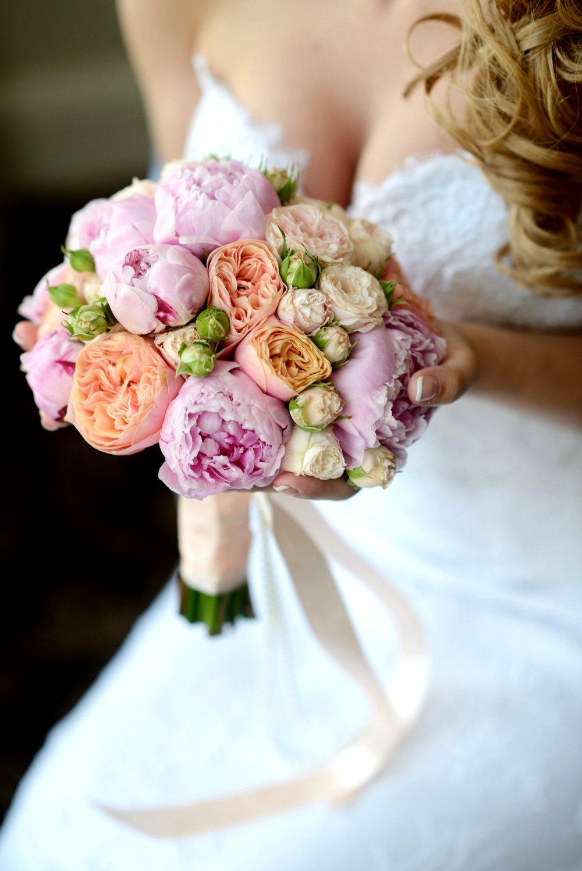 Свадебный букет с пионами и пионовидными розами