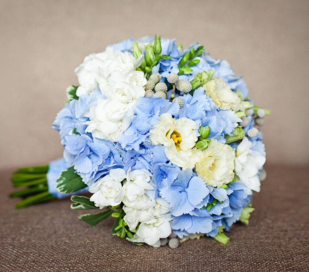 Свадбный букет с гортензией и фрезией в бело-голубых тонах
