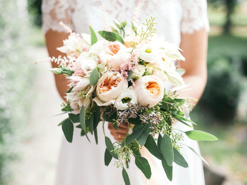 Свадебный букет с пионовидной розой и серрурией