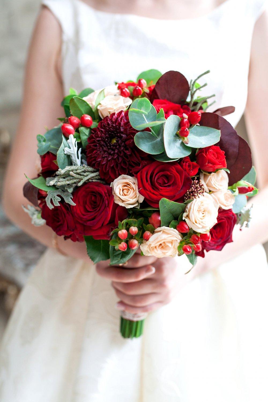 Свадебный букет в бордово-кремовых тонах