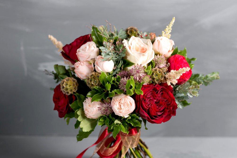 Свадебный букет с пионовидными розами и астранцией