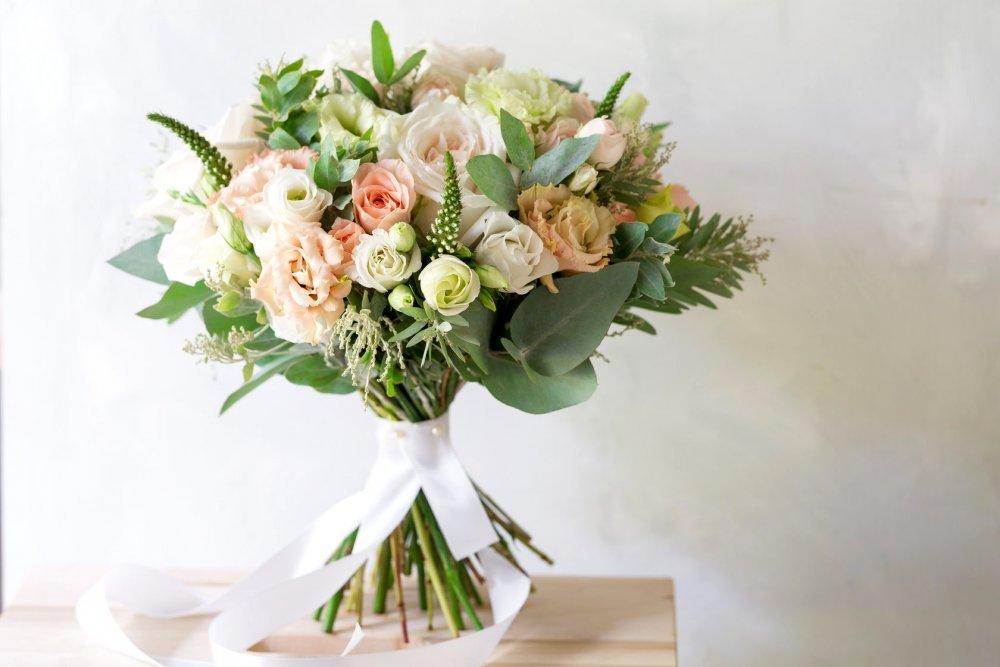 Свадебный букет с садовой розой и эустомой в бело-кремовых тонах