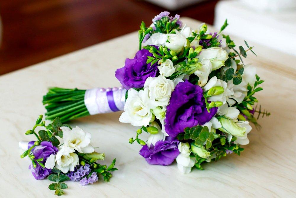 Свадебный букет с эустомой и фрезией