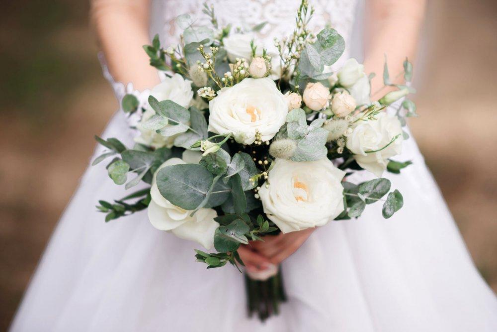 Свадебный букет с пионовидной розой и хамелациумом