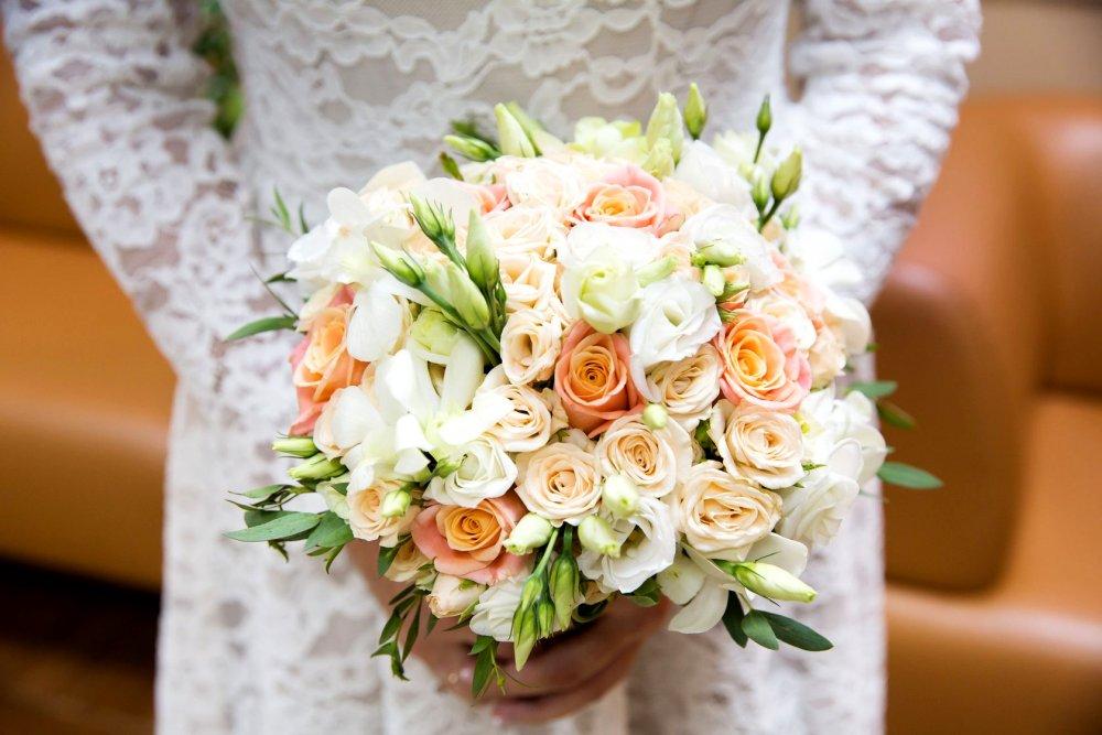 Свадебный букет с розами и эустомой в бело-персиковых тонах