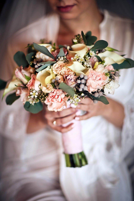 Свадебный букет с пионовидними розами и каллами