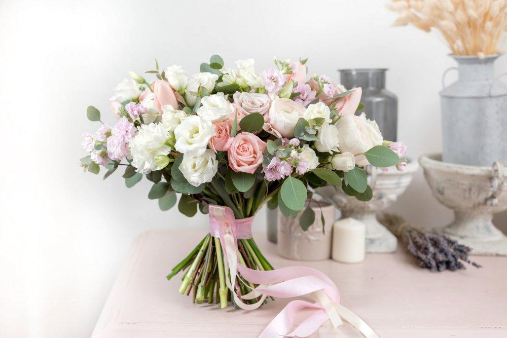 Свадебный букет с розами тюльпаном и маттиолой в нежных тонах