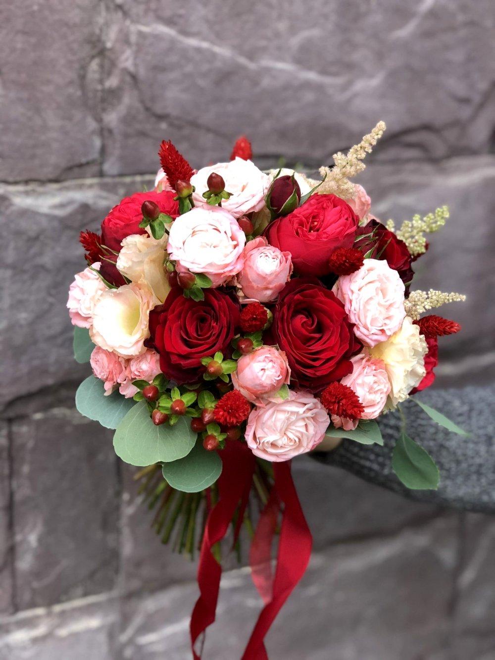Свадебный букет с пионовидными розами и сухоцветами