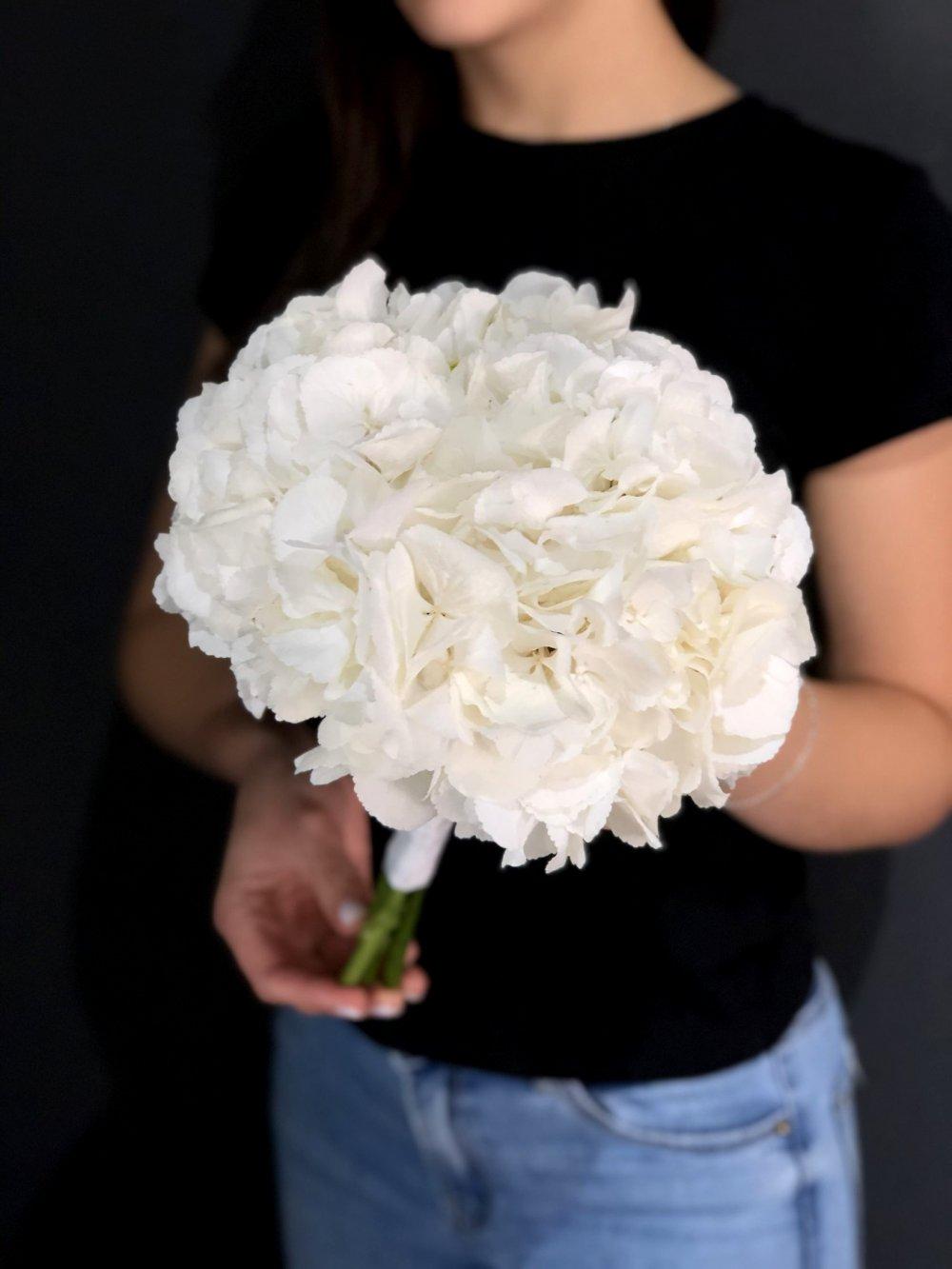 Свадебный букет в белых тонах с гортензией