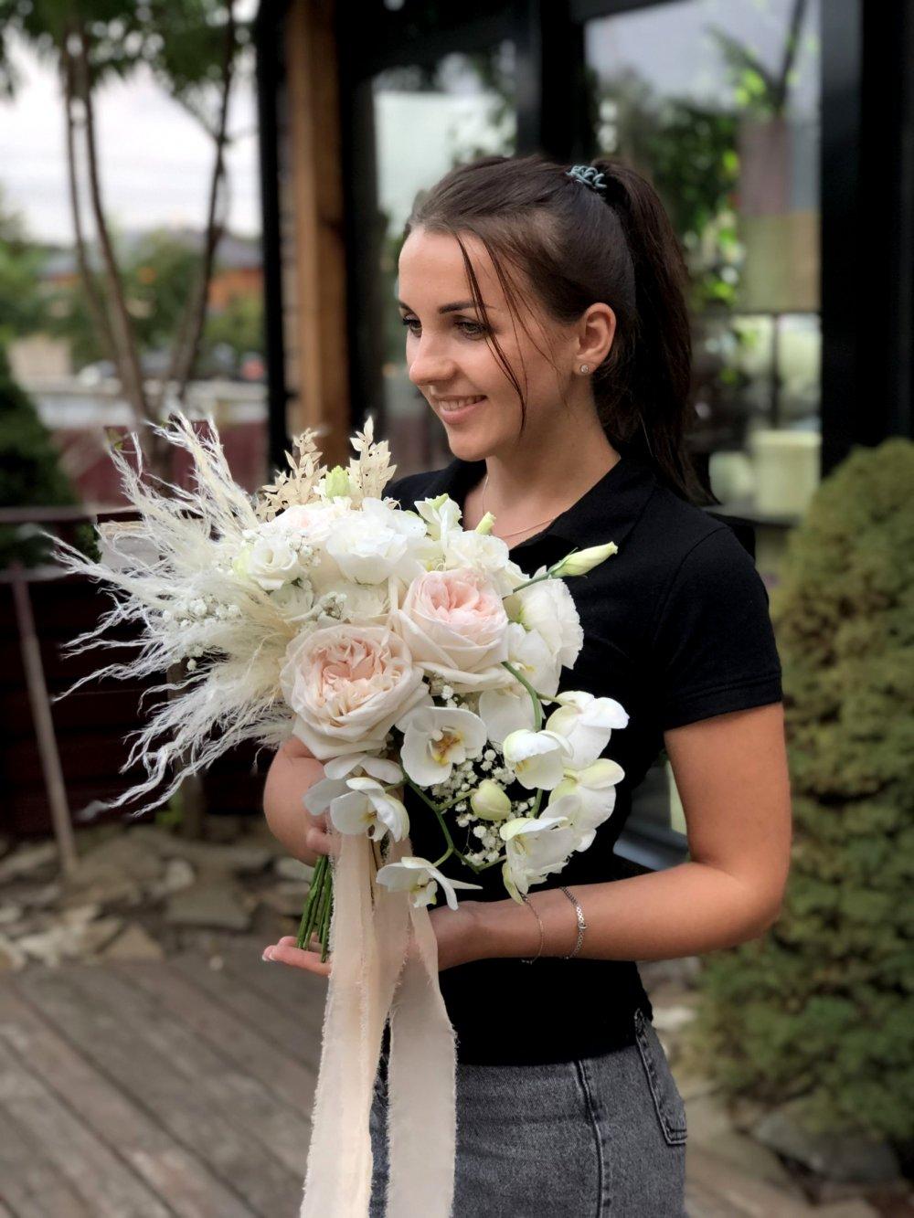 Свадебный букет с садовой розой, орхидеей и сухоцветами