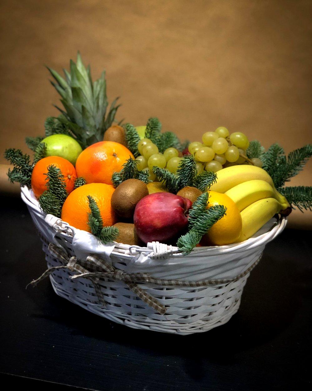 Белая корзина с фруктами