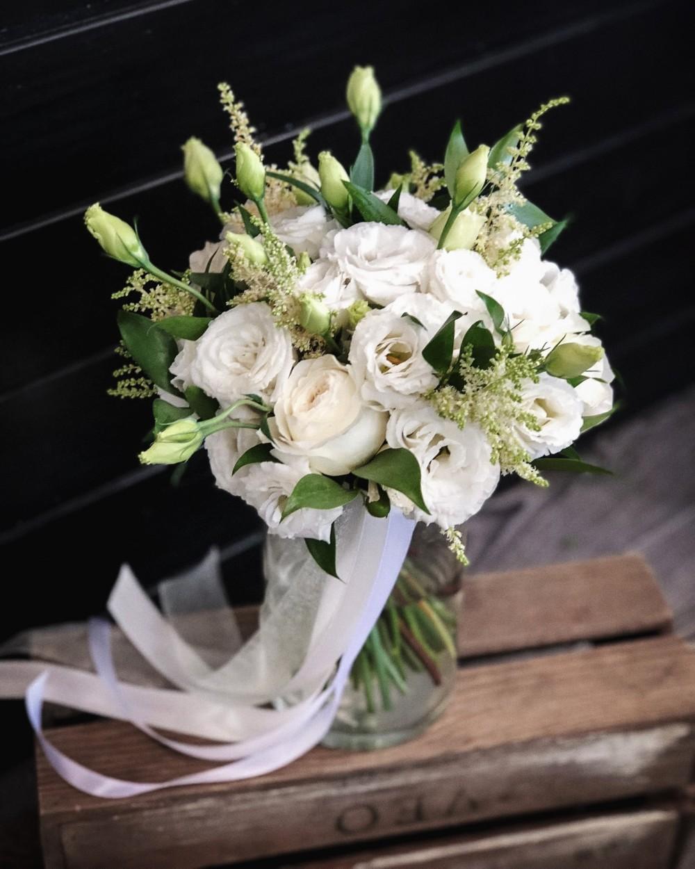 Свадебный букет в белых тонах с пионовидной розой и эустомой
