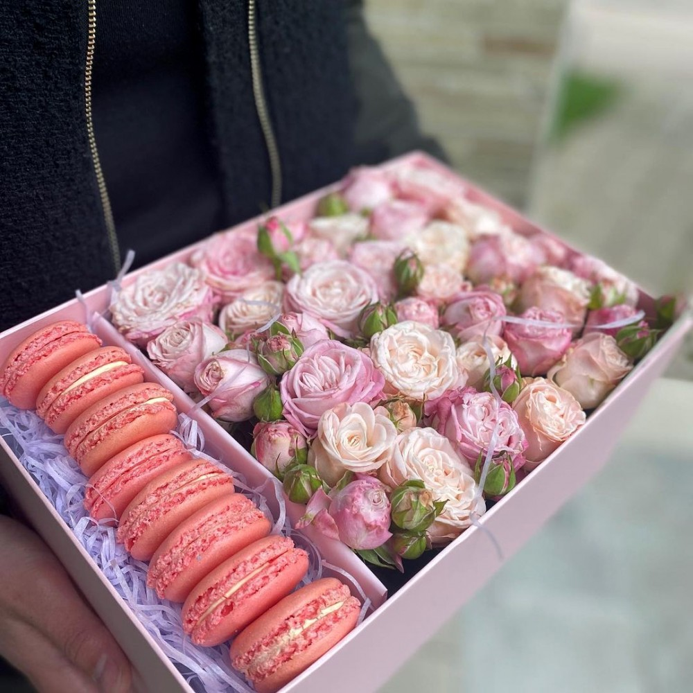 Цветы в коробке и макаруны